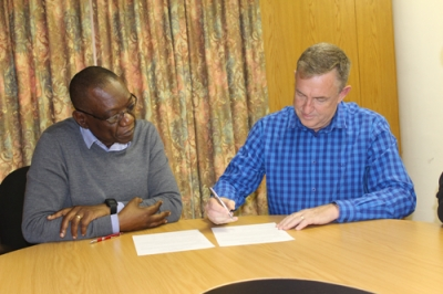FAMILY MATTERS: Dr Elisha Chiware, Director: CPUT Libraries, and Dr Andrew Kok, Genealogical Institute of South Africa (GISA) chairperson sign a Memorandum of Understanding confirming that GISA donated its research books and entire collection to the CPUT Library service.